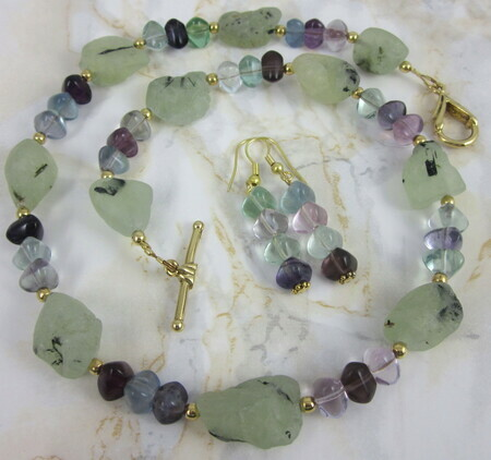 Prehnite and fluorite necklace with gold-plated clasp